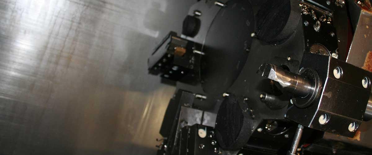 Particolare interno di un tornio a controllo numerico di Simo Torneria